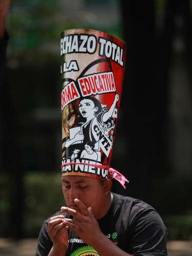Integrantes de la CNTE, la mayoría mujeres, se quedaron en el Zócalo capitalino para resguardar su plantón mientras sus compañeros marchan a Los Pinos. El contingente marcha en paz.