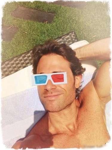 3 de Septiembre - Sebastián Rulli ya se encuentra n Campeche para comenzar a grabar su nueva novela. El guapo actor aprovechó para broncearse con unas gafas 3D