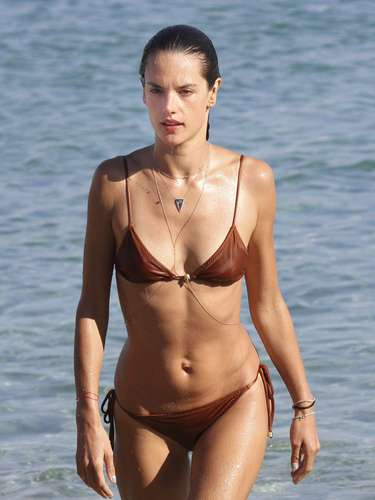 Alessandra Ambrosio nos dejó atónitos al mirarle el cuerpazo que se carga después de ya ser mamá de dos hijos. La modelo de Victoria Secret es sin duda de una de nuestras favoritas en bikini.