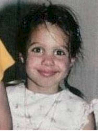 Esta preciosa niña de la foto no es otra que la actriz Angelina Jolie, cuyos rasgos ya apuntaban maneras de belleza desde una edadbien temprana.