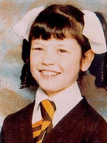 Esta tierna criatura de cara angelical es Catherine Zeta-Jones. La actriz asistió a Dumbarton House School, en Swansea, y dejó la escuela antes de tiempo para seguir sus ambiciones artísticas.