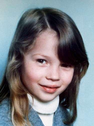 Tras esta fotografía de una niña preciosa e inocente se esconde la top model Kate Moss, más que cambiada hoy en día.