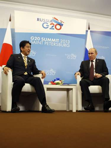 Russia's President Vladimir Putin (R) meets with Japan's Prime Minister Shinzo Abe at the G20 Summit in Strelna near St. Petersburg, September 5, 2013. REUTERS/Grigory Dukor (RUSSIA - Tags: POLITICS BUSINESS)