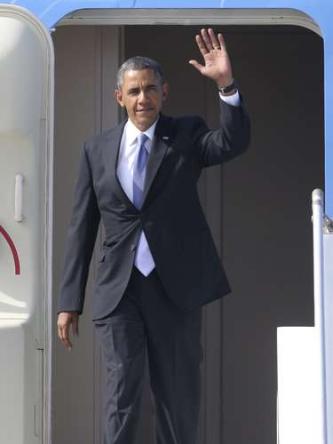 U.S. President Barack Obama waves as he arrives to take part in the G20 Summit in St. Petersburg, September 5, 2013.  REUTERS/Alexander Demianchuk (RUSSIA - Tags: POLITICS BUSINESS)