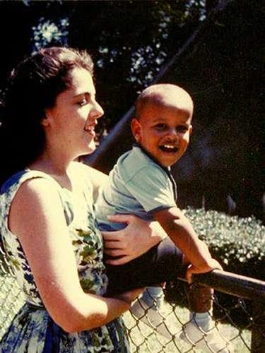 Este avispado niño no es otro que el actual presidente de Estados Unidos, Barack Obama, en brazos de su madre.