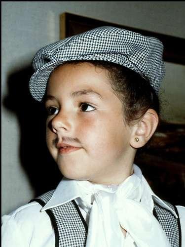 Disfraza de chulapo, con bigotillo incluido, aparece en esta foto Rocío Carrasco, hija de la fallecida Rocío Jurado.