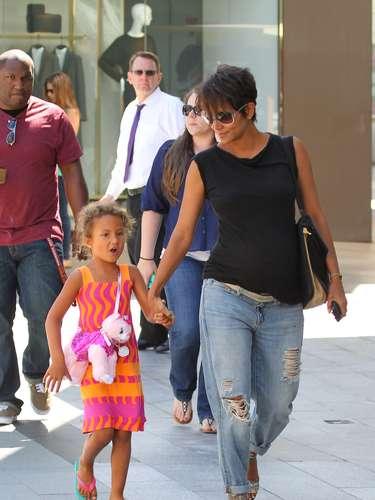 Halle Berry también apuesta por los pantalones vaqueros, sandalias y camiseta básica en color negro.