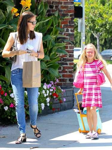 Jennifer Garner también recurre a lo más cómodo: vaqueros, sandalias y una blusa blanca.