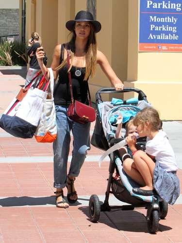 Casi todas las celebrities, entre ellas Jessica Alba, apuestan por looks cómodos para llevar a sus hijos al cole. Normalmente camisetas y vaqueros.