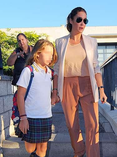 Viky Martín Berrocal demuestra que las celebrities españolas tienen mejor gusto a la hora de vestir para llevar a sus hijos al colegio. La diseñadora lleva unos pantalones finos en colro salmón con sandalias y americana en los mismos tonos.