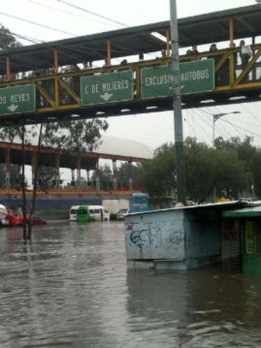 En la calzada Ignacio Zaragoza, a la altura del puente de La Concordia, un vehículo quedó atrapado en medio de la anegación que le llegó hasta el toldo, por lo que sus ocupantes fueron rescatados.