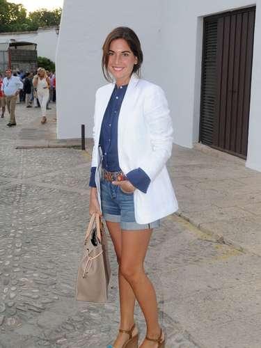Lourdes Montes sorprendía a su llegada a la Real Maestranza con un look muy favorecedor: pantalones cortos vaqueros, camisa azul y americana blanca.
