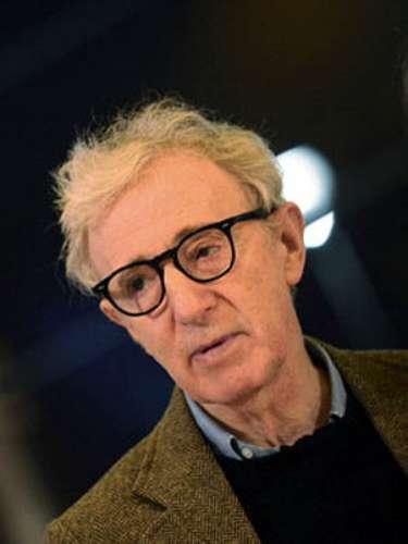 Woody Allen: El director neoyorquino destruyó su matrimonio con Mia Farrow cuando la actriz descubrió que guardaba fotografías de una de sus hijas adoptivas, Soon-Yi. Posteriormente, el cineasta se casó con la joven 34 menor que él, desatando aún más el escándalo.