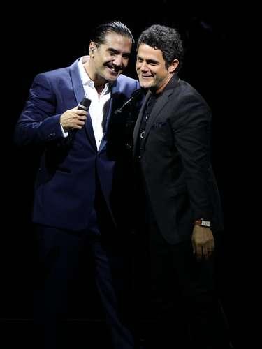 Sanz apareció por sorpresa en el escenario donde Alejandro Fernández ofrecía su recital lo que causó gran euforia entre los miles de asistentes.