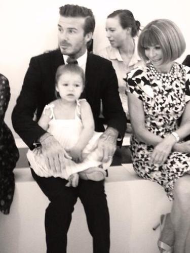 9 de Septiembre - Harper Beckham fue la estrella de la noche del desfile de su famosa madre puesto que la hermosa niña estuvo en primera fila junto a su guapísimo papá apoyando a Victoria. ¡Divina!