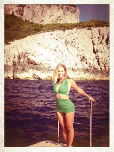 11 de Septiembre - Beyoncé está tomando un descanso antes de reincorporarse a su gira mundial de conciertos. La hermosa cantante no podía alegrarnos más la vista con este sexy traje de baño.