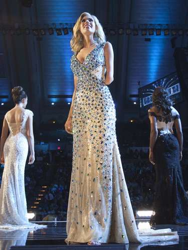 Miss Iowa, Nicole Kelly, is seen on stage during the evening gown portion of the preliminary round of the Miss America pageant in Atlantic City, New Jersey, September 10, 2013. Miss America will be crowned during the final ceremony on Sunday, September 15. Kelly was born missing half of her left arm.    REUTERS/Carlo Allegri  (UNITED STATES - Tags: ENTERTAINMENT SOCIETY)