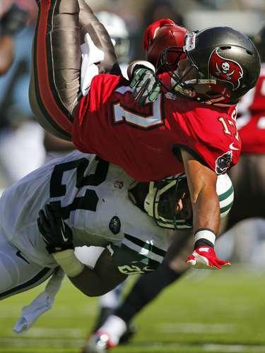 Ellis Lankster de los Jets logra una gran tackleada sobre el receptor de Tampa Bay Eric Page