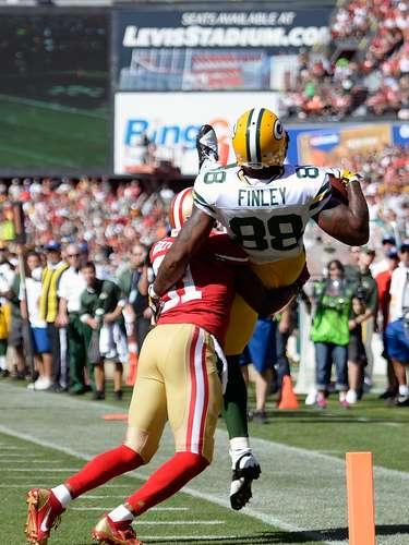 El receptor de los Packers Jermichael Finley es golpeado en la espalda por el defensivo de los Niners Donte Whitner provocándole una fuerte caída