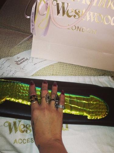 11 de Septiembre - Rihanna recibió un costoso bolso de regalo pero a la vez con una imagen muy sugerente que no necesita explicación. ¿Alguien quiere uno?