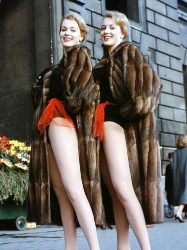 Aquí dos gemelasvintage:Ellen y Alice Kessler, un dúo de actrices, cantantes y modelos que vivieron sus años de gloria en los cincuenta. Sus largas e idénticas piernas fueron una de las razones de su fama.