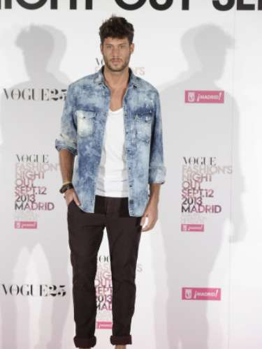 El actor y modelo José Lamuño en el photocall de la Vogue Fashion's Night Out Madrid 2013 con un pantalón marrón, camisa vaquera desgastada y zapatos estilo 'retro' de color marrón.