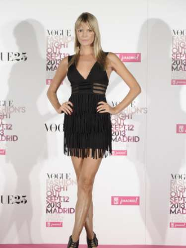 Cristina Tosio luciendo un little black dress con flecos y sandalias del mismo color en la Vogue Fashion Night Out Madrid 2013.