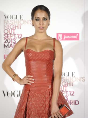 La actriz Hiba Abouk con un diseño de cuero en color rojo de Roberto Cavalli en la Vogue Fashion Night Out Madrid 2013, combinado con unos zapatos metalizados de Mascaró. Para completar el look lució un bolso naranja de Moschino y joyas de Barcenas.