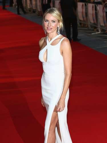 Naomi Watts tiene 44 años esfan de los trench, las bailarinas y el estilo sencillo e impecable.