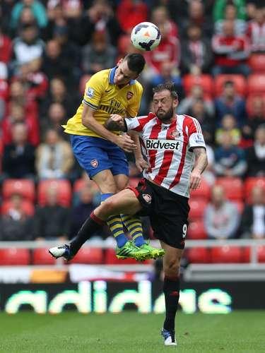 El Arsenal venció (3-1) al colista Sunderland este sábado, con un doblete de Aaron Ramsey, y se situó como líder provisional de la Premier League