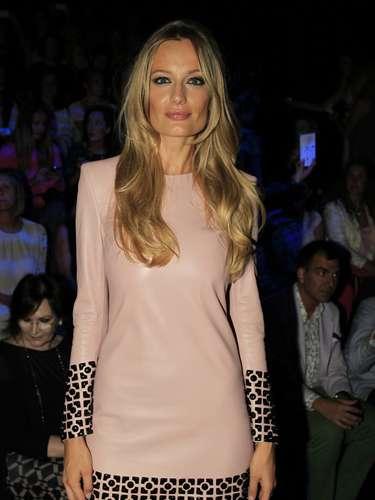 La joven ha escogido un escueto vestido de color rosa.
