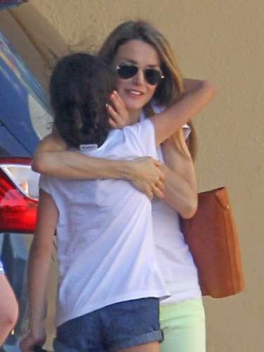 Doña Letizia, abrazando a Victoria Federica, a quien tiene un gran cariño.