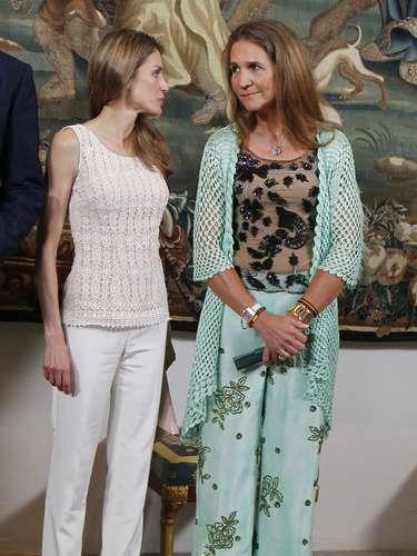 ¿Complicidad entre cuñadas? Letizia y Elena charlan en la recepción a las autoridades de Mallorca.