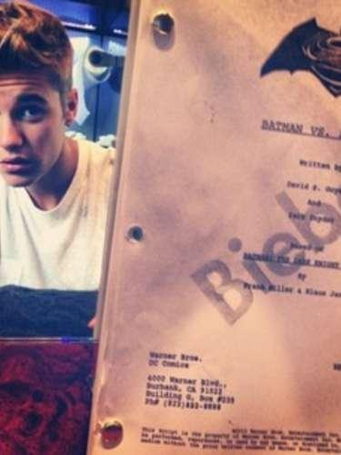 14 de Septiembre: Justin Bieber conmociona al mostrar esta foto donde se ve que trae en sus manos el posible guión de Superman vs Batman. Se dice que puede ser una broma para 'Funny or Die' o en verdad sería el próximo intérprete de Robin. ¿Les gusta la idea?