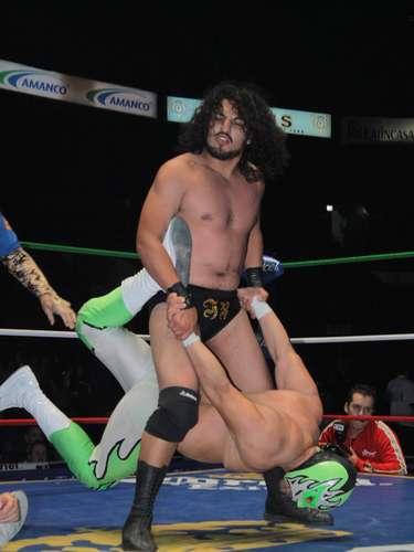 En la primera lucha de la noche, Guerrero Negro Jr. Y Herodes Jr. Derrotaron a Soberano y Molotov.