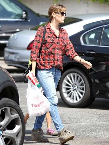 Jennifer Garner también es otra de las celebrities que suele recurrir a los jeans, y cuando lo combina con camisas de leñador, consigue un resultado perfecto.