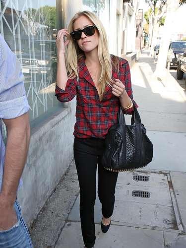Kristin Cavallari, combina su camisa roja de leñador con pantalones vaqueros negros y zapatos de tacón. Sin duda, es ella la que la luce con más elegancia.