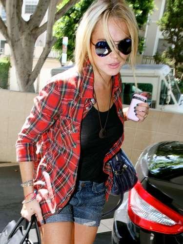 Lindsay Lohan también apuesta por una camisa roja de leñador. La cantante la ha combinado con unos shorts vaqueros y camiseta básica de color negro.
