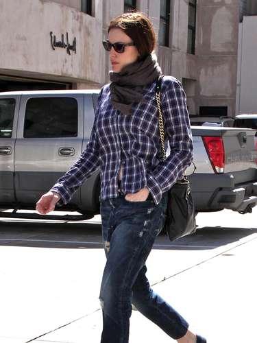 Liv Tyler también la combina con vaqueros y lo más curioso, con alpargatas.