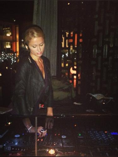 23 de Septiembre - Paris Hilton sigue en la búsqueda del éxito en el mundo musical pero ahora como DJ. La socialité se presentó en Singapur donde puso el ambiente en una discoteca.