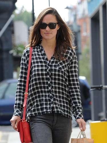 Pippa Middleton, sin duda la versión más 'chic' que puede tener una camisa de leñador. La hermanísima la ha combinado con unos pantalones de color gris y unas bailarinas y bolso rojo.