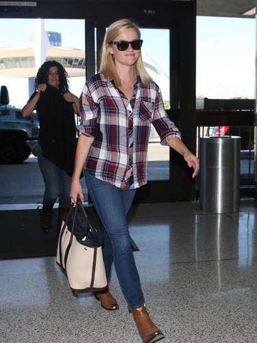 Reese Witherspoon, al más puro estilo vaquero, la ha combinado con botas de cowboy.