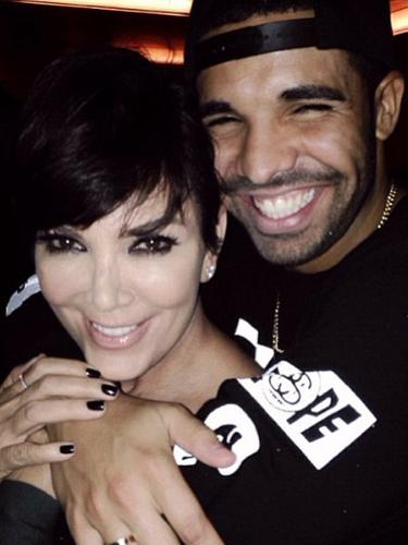 25 de Septiembre - Kris Jenner, la mamá de Kim Kardashian tal parece no tener idea de su edad. La matriarca del clan estuvo de fiesta junto con Drake con motivo del lanzamiento de su nuevo álbum.