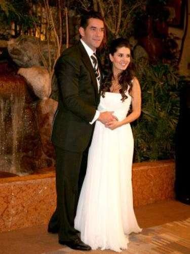Mayrín Villanueva es la segunda esposa del actor -ex de Itatí- y por las imágenes que vemos, ella no se quedó atrás en hermosura el día de su enlace matrimonial. El mejor detalle de Mayrín -aunque algún lector pueda diferir-, nos atreveríamos a decir que fue el brillo en su mirada, producto del embarazo de la pareja en aquel tiempo.