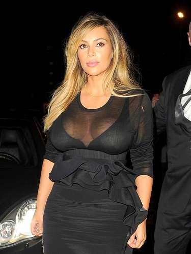 Desde su aparición pública, Kim lo hizo mostrando tremendo escotazo