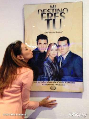 2 de Octubre - Eva Longoria está de visita en México donde fue invitada a Televisa y ahí se encontró con un poster de la primera telenovela de Jaime Camil que se tituló 'Mi destino eres tú'. Longoria demostró su admiración y cariño por el actor al cual simuló besar en la fotografía.