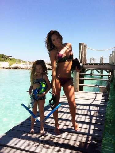 3 de Octubre - Geraldine Bazán no deja de verse hermosa. La actriz pasa todo el tiempo junto a su hija y eso incluye que las dos se ponen sus mejores bikinis para irse al agua. La guapa Geraldine a pesar de estar embarazada se ve espectacular en traje de baño. ¿No lo creen?