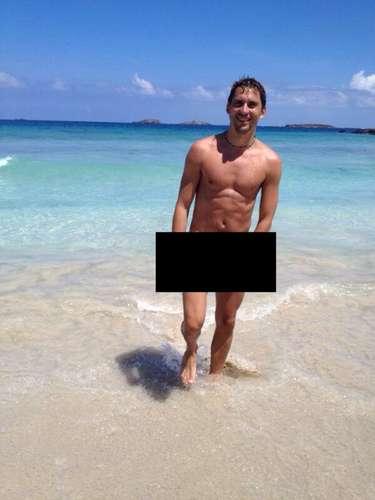 El actor publicó esta foto estando completamente desnudo y agradeciendo a sus seguidores por haberlo ayudado a llegar a su meta. ¿Ya lo sigues?