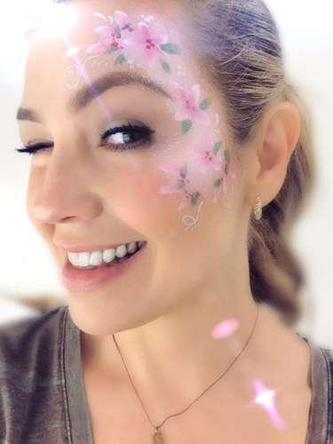 8 de Octubre - Thalía pintó su cara con unas bellas flores para celebrar el cumpleaños de su hija Sabrina. ¡Qué linda!