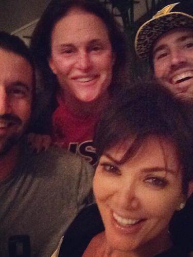 11 de Octubre - ¡Kris Jenner se burló de todos! La mamá de las Kardashian publicó esta foto junto a sus hijastros y sobre todo, al lado de Bruce, su esposo. Se rumoró que la pareja se había separado pero en esta foto Kris presume el gran amor que le tiene a su marido y especificando que el sitio TMZ se equivocó otra vez.